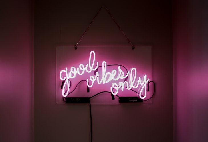 pink neon sign saying 'good vibes only'